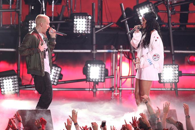 Эминем и Рианна во время шоу в рамках MTV Movie Awards