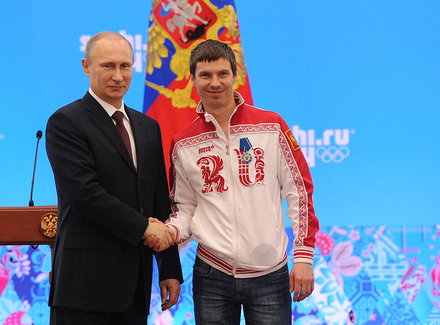 Президент России Владимир Путин и Евгений Устюгов (слева направо) во время церемонии награждения российских призеров XXII зимних Олимпийских игр