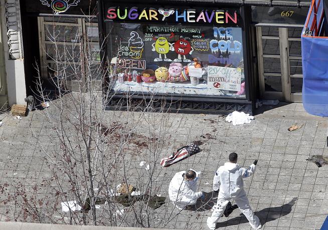 На месте взрывов были найдены куски черного нейлона, предположительно, от рюкзаков, в которых были пронесены бомбы