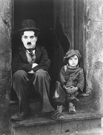 """Первой полнометражной режиссерской работой Чарли Чаплина стал фильм """"Малыш"""". На фото: Чарли Чаплин и Джеки Куган в фильме """"Малыш"""", 1919 году"""