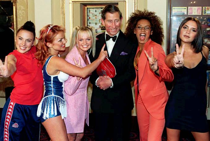 Группа Spice Girls продала более 55 млн копий альбомов по всему миру. На фото: принц Чарльз и группа Spice Girls, 1997 год