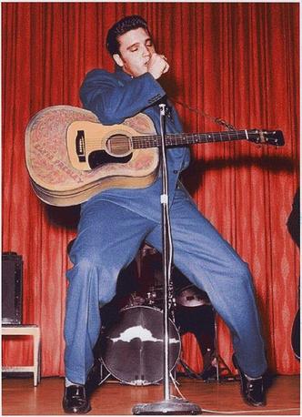 """Элвис пресли в темно-синем двубортном пиджаке фирмы Lansky's в отеле """"Фронтир"""", 1956 год"""
