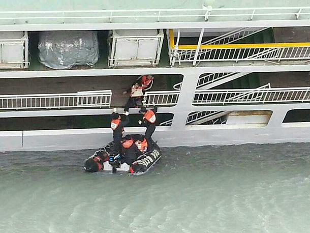 """На борту парома """"Сэволь"""" находился подросток из России. 16-летний гражданин РФ, заявили представители росссийской дипмиссии в Южной Корее, числится среди пропавших без вести"""