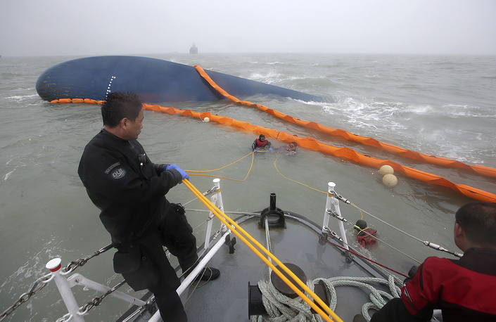По предварительной версии, причиной крушения могло стать столкновение с подводной скалой или другим судном