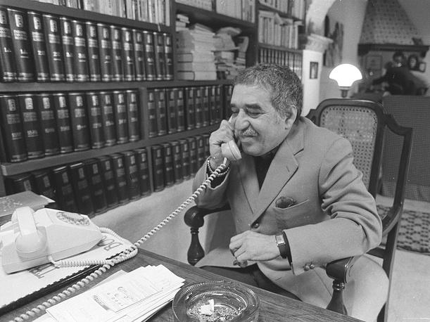 """Габриэль Гарсиа Маркес - всемирно известный колумбийский писатель, представитель литературного направления """"магический реализм"""". На фото: Габриэль Гарсиа Маркес у себя дома в Колумбии, 1982 год"""