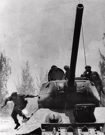 Фидель Кастро выпрыгивает из танка во время операции на Плайя-Хирон, апрель 1961 года