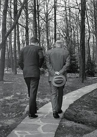 Президент США Джон Кеннеди и бывший президент Дуайт Эйзенхауэр во время встречи, посвященной итогам операции в заливе Свиней, 22 апреля 1961 года