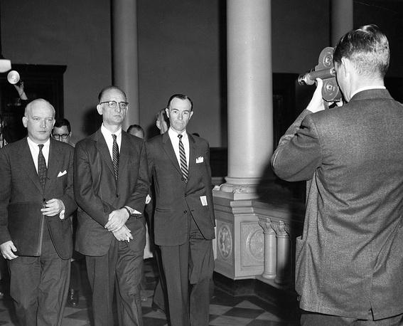 10 февраля 1962 года произошел обмен советского разведчика Рудольфа Абеля, арестованного 21 июня 1957 года в Нью-Йорке, на американского летчика Фрэнсиса Пауэрса, американского студента Фредерика Прайора и американского туриста Марвина Макинена. На фото: Рудольф Абель (в центре) во время ареста в Нью-Йорке