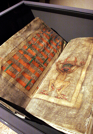 Размер книги составляет 92 см в высоту, 50 см в ширину, толщина - 22 см, вес - 75 кг