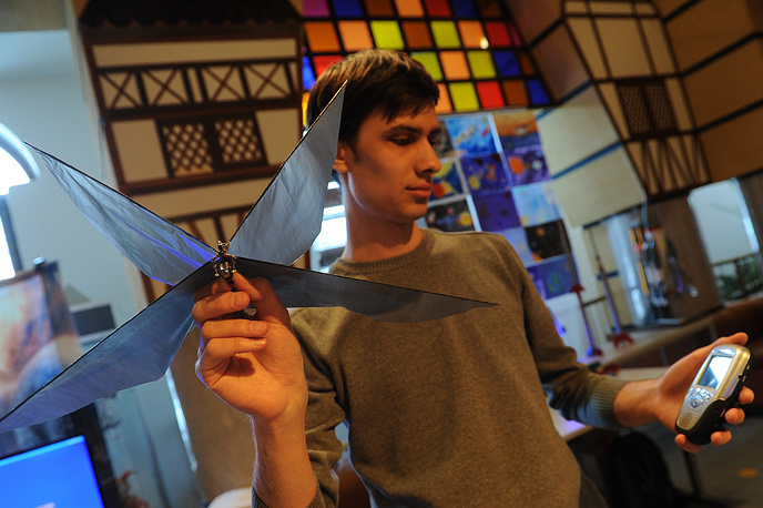 Школьник Степан Глушков презентует модель беспилотного летательного аппарата