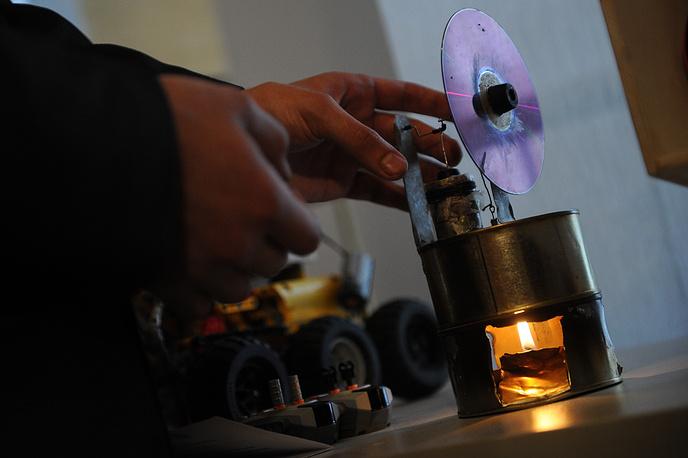 Модель теплового двигателя из двух консервных банок и компакт-диска
