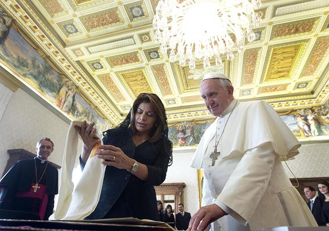 В ноябре 2013 года президент Коста-Рики Лаура Чинчилья подарила папе римскому Франциску шаль