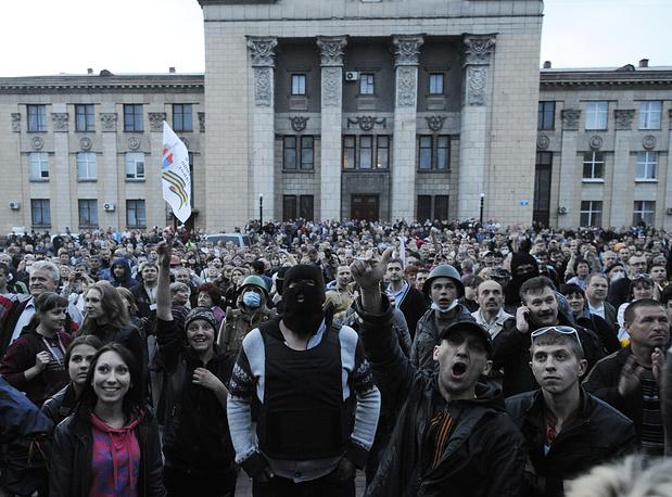 У здания отделения МВД в Луганске вечером во вторник начался пикет сторонников федерализации
