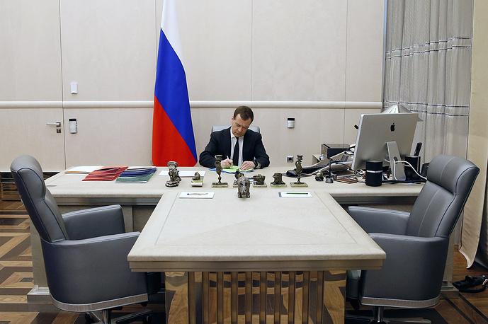 Премьер-министр РФ Дмитрий Медведев в рабочем кабинете