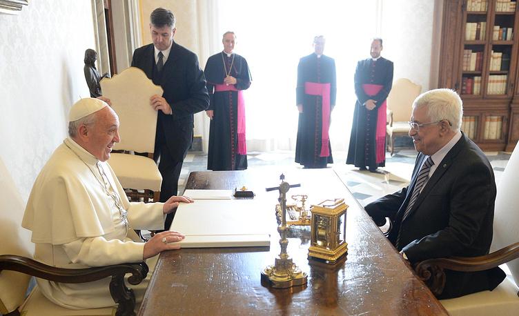 Личные аудиенции папы римского проходят в Папской библиотеке Апостольского дворца. На фото: президент Палестины Махмуд Аббас во время встречи с папой римским Франциском