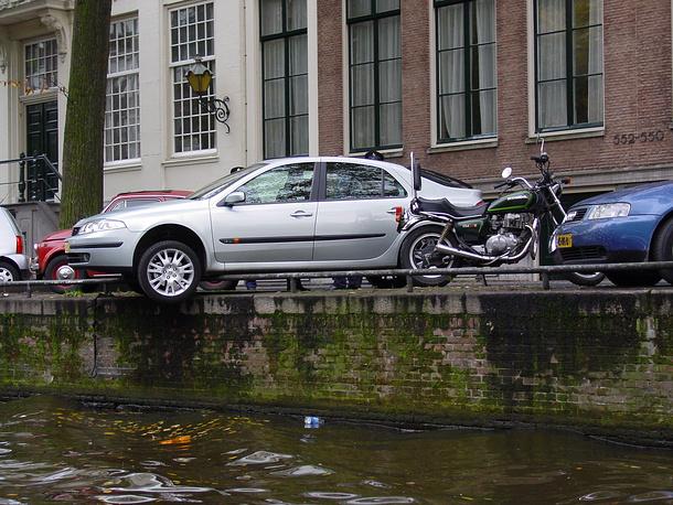 """Нидерланды. В Амстердаме стоимость часа парковки в центре - 5 евро. Время парковки не ограничено. Чтобы парковать машину около собственного дома, необходимо """"резидентское разрешение"""" стоимостью 150 евро в год"""