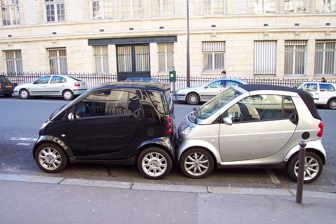 Франция. Стоимость часа парковки в Париже колеблется от 2 до 3 евро. На большинстве платных парковок оставлять машину дольше двух часов запрещено. Припарковать машину бесплатно можно только в ночные часы и в воскресенье, а также в августе, в сезон отпусков
