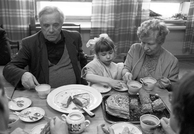 Писатель Виктор Петрович Астафьев с женой Марией Семеновной и внучкой Полиной, 1991 год