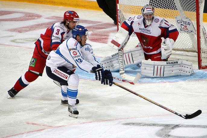 Финский нападающий Йори Лехтеря в атаке на ворота Антона Худобина