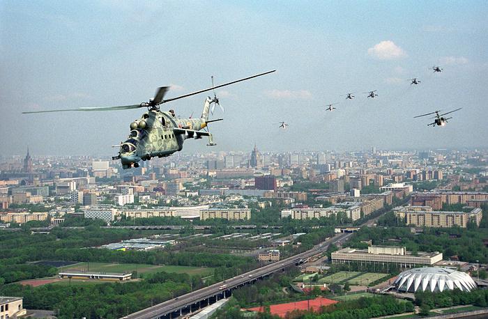 В тот же день в полдень на Кутузовском проспекте у Поклонной горы состоялся военный парад частей Московского гарнизона, курсантов военных учебных заведений, боевой техники и авиации. На фото: звено вертолетов Ми-24