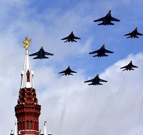 Тогда же было возобновлено участие авиации в парадах: над Красной площадью пролетели четыре истребителя МиГ-29, пять истребителей Су-27 и три штурмовика Су-25
