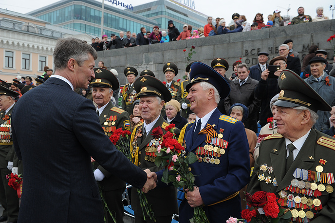 Мэр города Евгений Ройзман поздравил ветеранов во время акции, в которой приняли участие родственники фронтовиков с фотопортретами отцов и дедов
