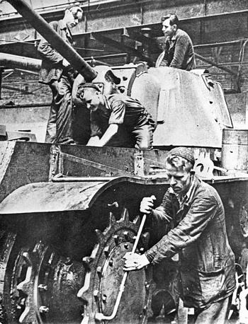 Великая Отечественная война. Челябинск. Сборка танка Т-34 в цехе ЧТЗ. 1942 год