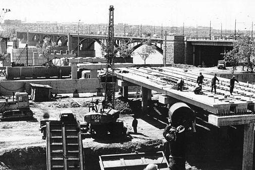 Технический проект мостового перехода был разработан институтом «Ленгипротрансмост». Летом 1980 года на берегу Оби был вбит первый колышек с надписью: «Ось моста».