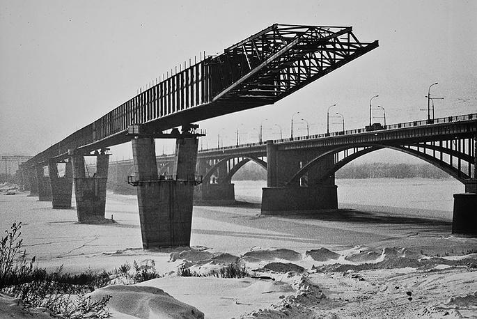 Опоры метромоста расположены по осям опор Коммунального моста.
