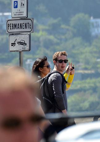 Марк Цукерберг с женой в Италии на острове Капри после свадьбы, май 2012 года