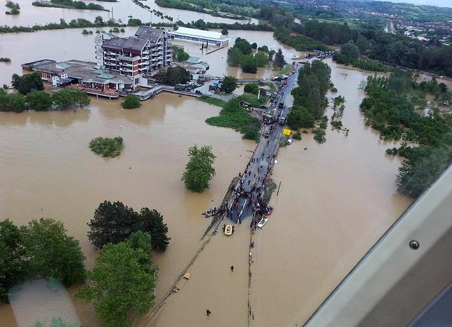 Проливные дожди стали причиной наводнений в Сербии, Боснии и Герцеговине, а также части Хорватии. На фото: последствия наводнения недалеко орт Белграда