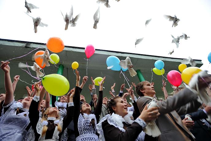 Выпускники в День последнего звонка в одной из школ города Иваново, 2013 год