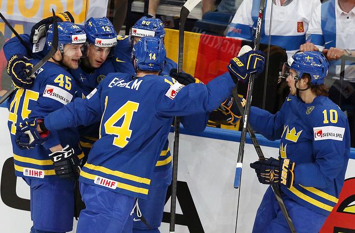 Шведы празднуют заброшенную шайбу на первой минуте встречи