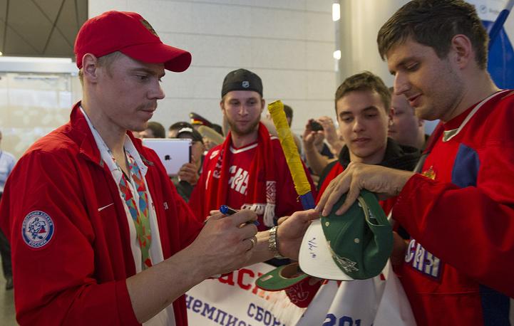 Сборная России по хоккею в пятый раз выиграла чемпионат мира. На фото: Евгений Медведев (слева)