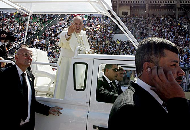 Папа римский Франциск во время прибытия на Международный стадион Аммана для служения мессы, 24 мая
