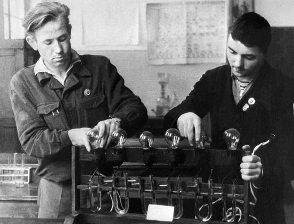 Леонов (слева) с одноклассником Юрием Михлиным на занятиях в школьной лаборатории в Калининграде, 1952 год