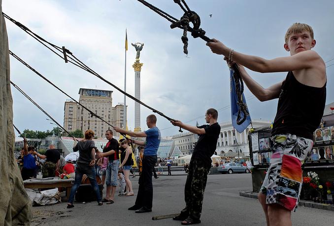 """Организации, представляющие интересы """"обитателей Майдана"""", требуют, чтобы площадь стала пешеходной зоной. На фото: укрепление шатра на площади Независимости, 27 мая"""