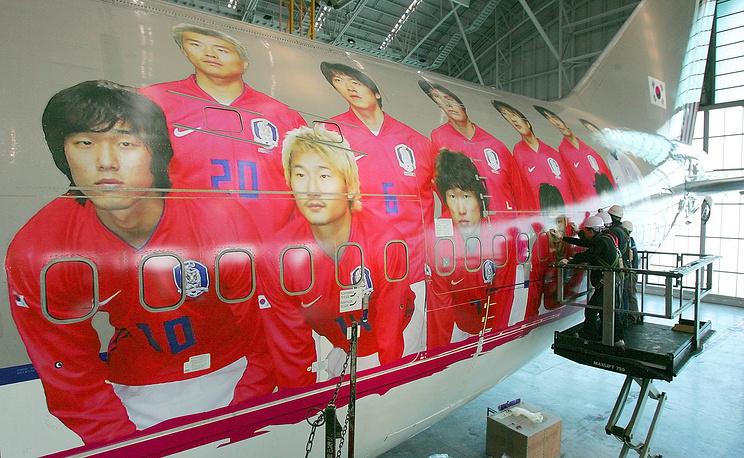 Самолет Boeing 747 авиакомпании Asiana с изображением игроков сборной Южной Кореи по футболу, 2006 год