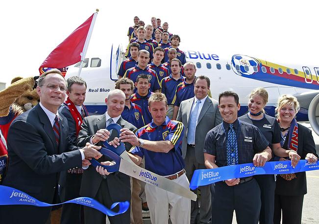 """Самолет авиакомпании JetBlue Airways с командой американского футбольного клуба """"Реал Солт-Лейк"""""""