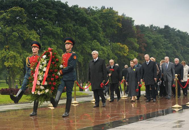 Губернатор Санкт-Петербурга Георгий Полтавченко  во время церемонии возложения цветов на Пискаревском мемориальном кладбище. 2011 год