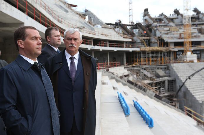 Председатель правительства России Дмитрий Медведев и Георгий Полтавченко во время осмотра строящегося футбольного стадиона на Крестовском острове. 2014 год