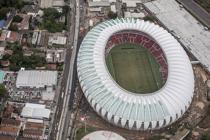 """Стадион """"Бейра-Рио"""" в Порту-Алегри (официальное название - """"Жозе Пинейро Борба"""", в честь конструктора) построен в 1969 году, к чемпионату мира был реконструирован. Сначала арена была рассчитана на 90 тыс. зрителей, после реконструкции вместимость составляет 56 тыс. человек. Стадион в Порту-Алегри примет  четыре матча группового этапа и 1/8 финала"""