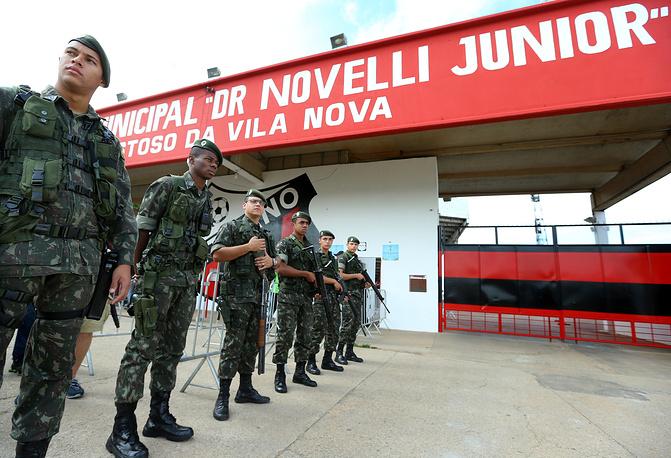 Сотрудники полиции у стадиона
