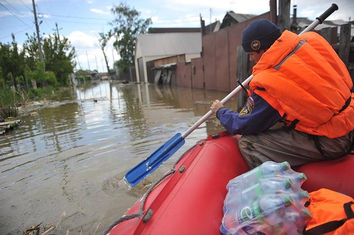 Жителям подтопленных сел доставляют воду