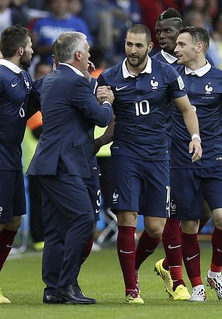 Главный тренер французской команды Дидье Дешам поздравляет игроков с победой над гондурасцами