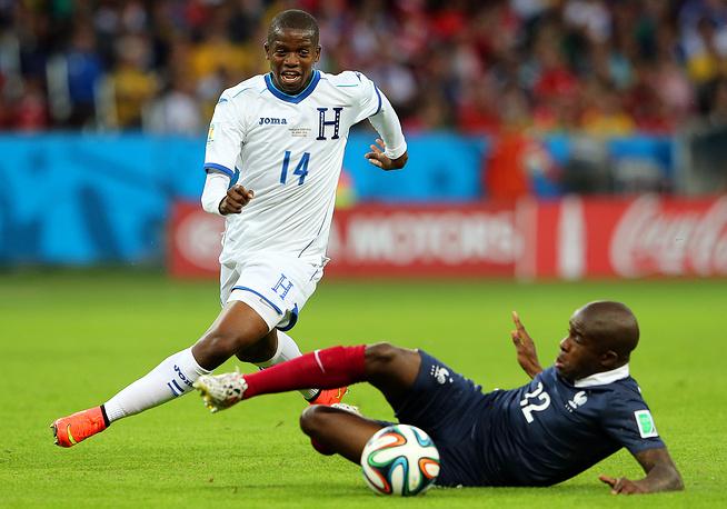 Полузащитник сборной Гондураса Бонек Гарсия в противоборстве с французом Рио Мавуба