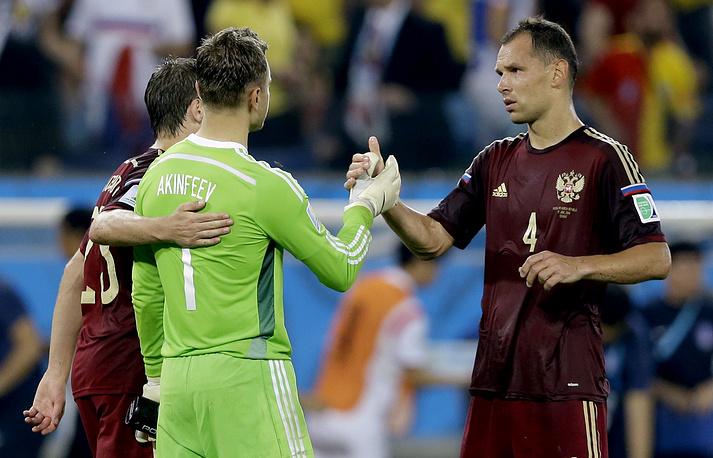 Партнеры подбадривают Акинфеева после финального свистка