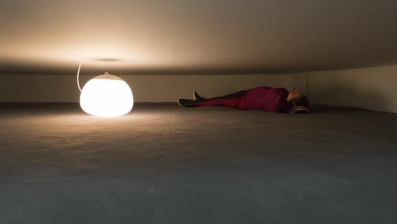 """Комната """"Man=Flesh/Woman=Flesh - Flat"""" (1997) в рамках проекта """"Двенадцать комнат"""". Женщина-инвалид лежит на земле рядом с лампой. Автор - бразильская художница Лаура Лима"""