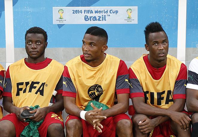 Травмированный лидер сборной Камеруна Самюэль Это'О (в центре) на скамейке запасных