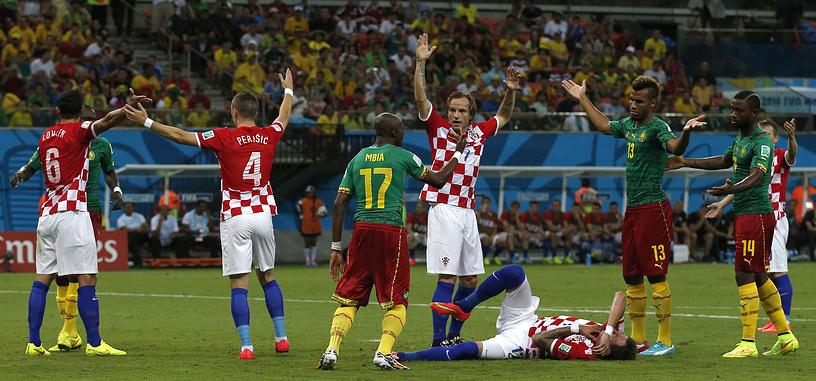 """Футболист """"Барселоны"""" совершенно без причины в центре поля ударил кулаком в спину Марио Манджукича, который даже не владел в этот момент мячом"""
